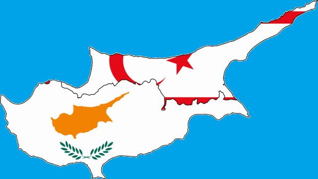 דגלי קפריסין וטורקיה על רקע האי של קפריסין