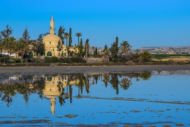אגמי המלח של לרנקה והמסגד הסמוך אליהם