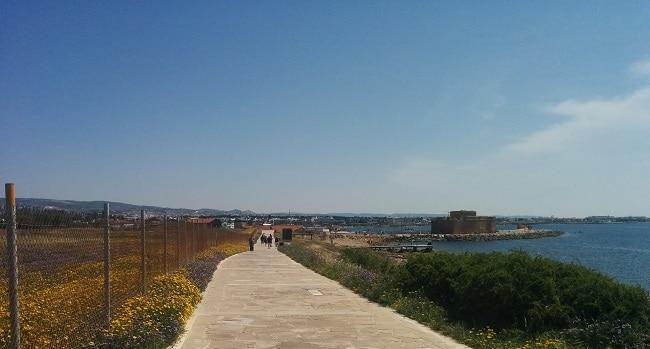 הטיילת ממבצר פאפוס לכיוון צפון מערב על שפת הים