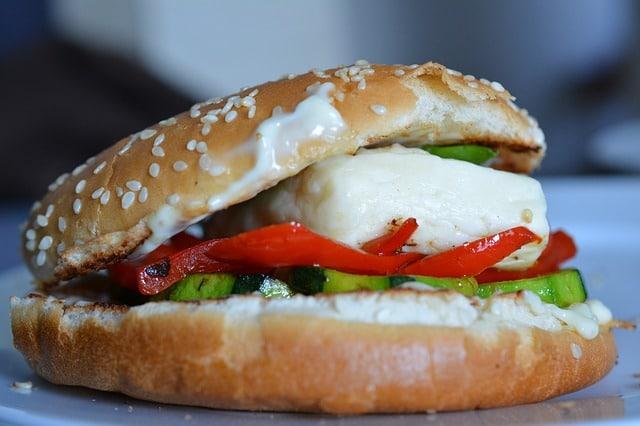 חלומי בתוך לחמניית המבורגר עם ירקות