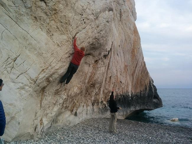 מטפס הרים מטפס על סלע אפרודיטה