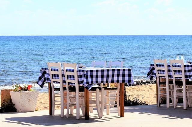 שולחן על החוף בטברנה קפריסאית