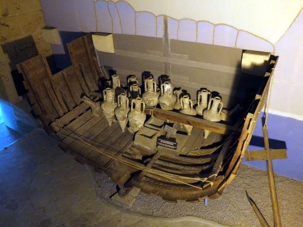 מוצגים במוזיאון הספינה הטרופה בקירניה