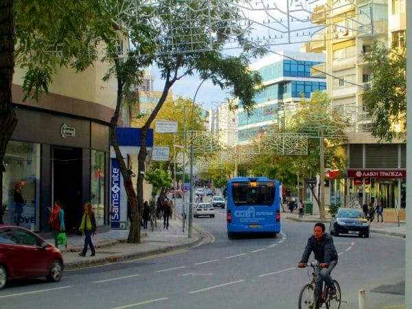 אוטובוס עירוני בשדרות מקריוס בניקוסיה