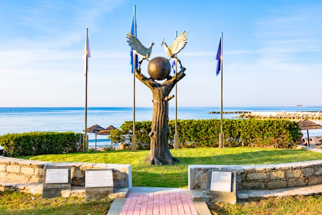 פסל השלום והסובלנות בגן הפסלים של לימסול