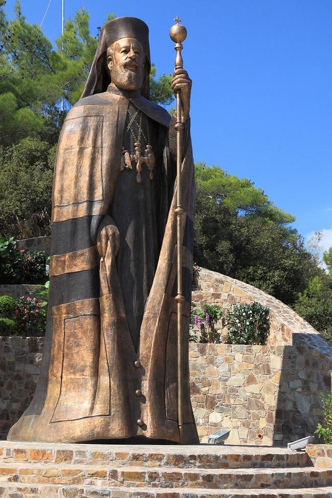 הפסל של מקריוס השלישי נשיאה הראשון של קפריסין