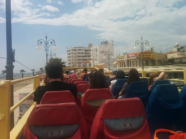 מבט מהקומה השנייה של אוטובוס התיירים hop on hop off בלרנקה