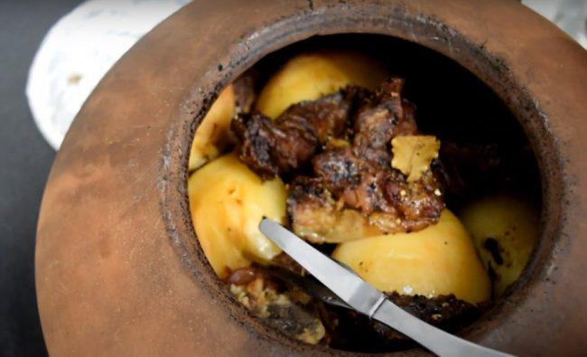 תבשיל קלפטיקו בקדרת חרס