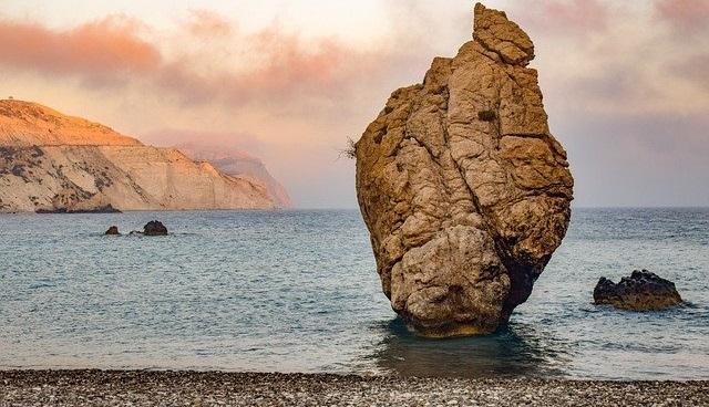סלע בחוף אפרודיטה - אחד מהחופים המוכרים של קפריסין