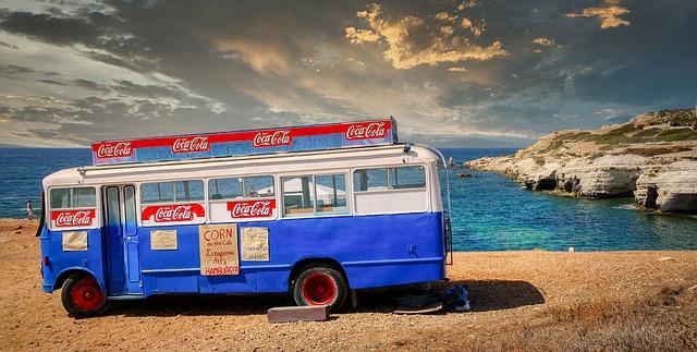 קיוסק אוטובוס על החוף בקפריסין