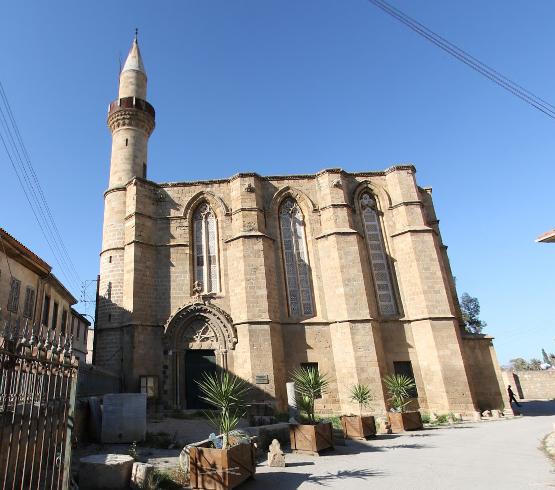 קתדרלת סנט קתרין עם הצריח של הכנסייה