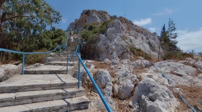 המדרגות המובילות אל כנסיית איליאס