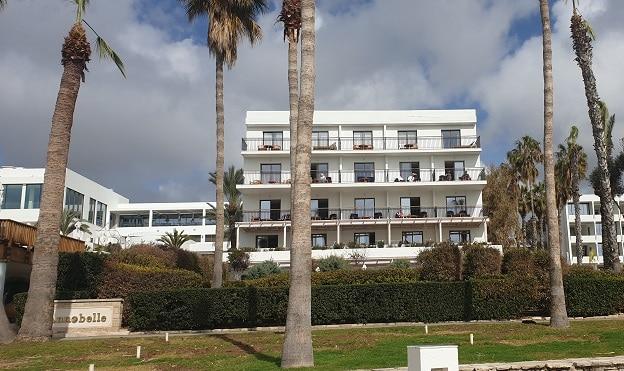חזית מלון אנבל על החוף בקאטו פאפוס