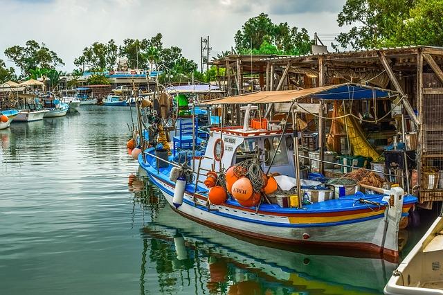 סירת דייג קפריסאית במעגן פוטאמוס
