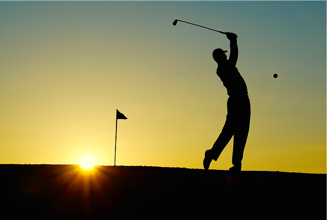 צללית אדם חובט בכדור גולף