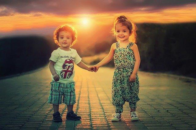 2 ילדים בחופשה