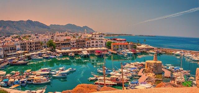 מבט על העיר קירניה מהים