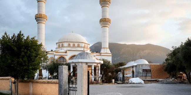 רחוב עם מסגד בקיריניה