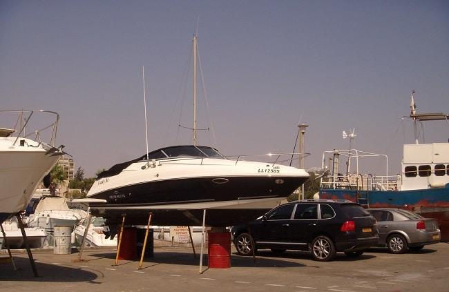 סירות על המזח של מרינה לרנקה לפני תיקונים