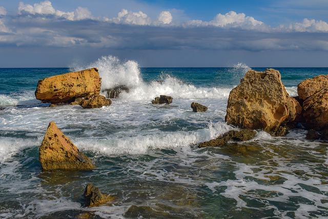 סלעים בחוף הים של פרלימני