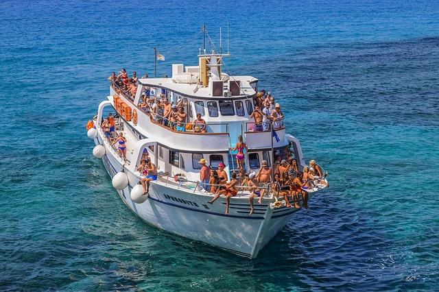 ספינת תיירים אל הלגונה הכחולה