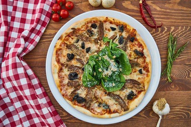 פיצה איטלקית במסעדה