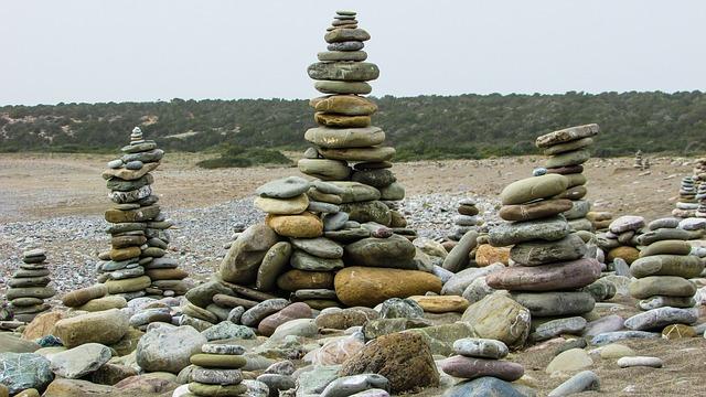 מערומי אבנים בחוף לארה ביץ'