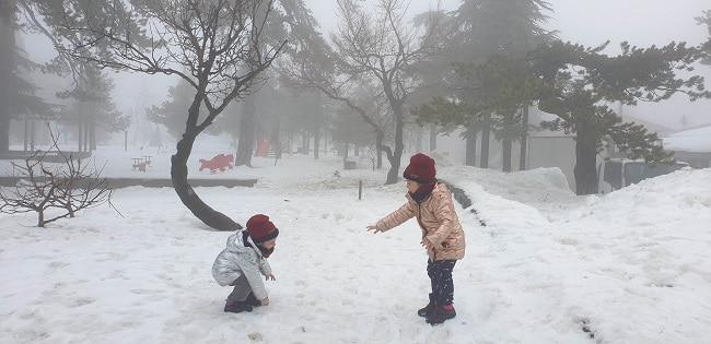 משחקים בשלג בגן המשחקים