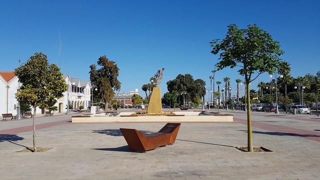 פסל על החוף במרכז העיר לרנקה