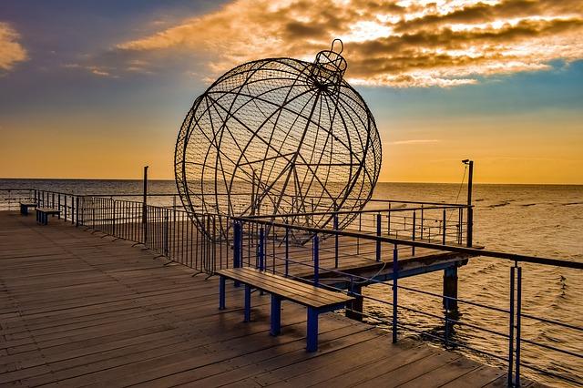 פסל על חוף הים של לרנקה
