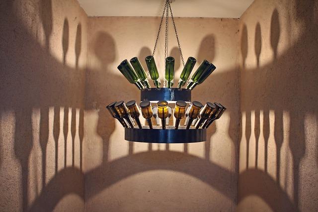 נברשת בקבוקים ביקב בכפר פלנדרי