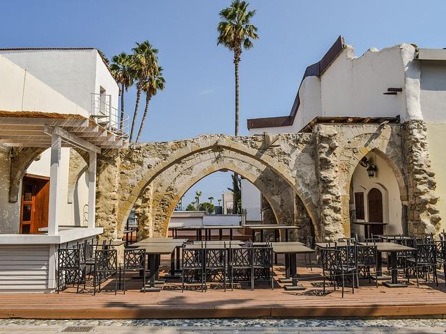 רחוב ופתח מסעדה בעיר העתיקה